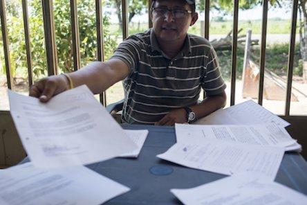 Milton Cardenas montre les documents des procédures judiciaires en cours, accumulées depuis un peu plus d'un an. Le dossier de déclarations du tribunal et d'échange de lettres entre la communauté, les institutions et Perenco comporte plus de 200 pages. Tesoro del Bubuy, municipalité de Aguazul, 30/04/2015.